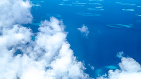 Vista aérea de ilhas dispersadas, maldives imagens de stock royalty free