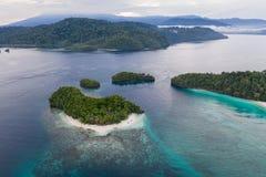 Vista aérea de ilhas e de recifes tropicais em Raja Ampat imagens de stock