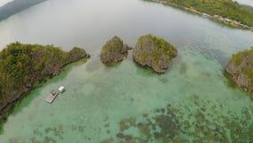 Vista aérea de ilhas pequenas Siete Pecados próximo na baía de Coron PALAWAN overcast filme