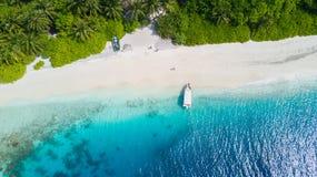 Vista aérea de Islandia tropical con la playa arenosa, Maldivas fotos de archivo