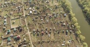 Vista aérea de jardines y de casas verdes en el campo, paisaje de la naturaleza, tiro del aire almacen de video