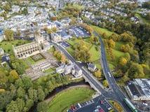 Vista aérea de Jedburgh en otoño con las ruinas de la abadía de Jedburgh en Escocia imágenes de archivo libres de regalías