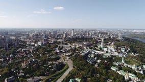 Vista aérea de Kiev-Pechersk Lavra, río Dnipro y edificios en Kiev, Ucrania lanzamiento del abejón 4k Dnieper almacen de video