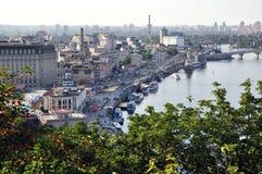 Vista aérea de Kiev y Dnipro, arquitectura urbana, muelle y naves imagen de archivo libre de regalías