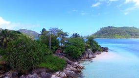 Vista aérea de L isla de Islette del `, puerto Glaud, Seychelles 2 almacen de video