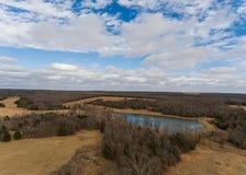 Vista aérea de la área arbolada del Mid West con el lago Imagen de archivo libre de regalías