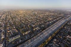 Vista aérea de la autopista sin peaje del puerto 110 en Los Ángeles del sur Imágenes de archivo libres de regalías