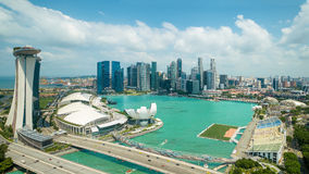 Vista aérea de la bahía del puerto deportivo en la ciudad de Singapur con el cielo agradable Fotografía de archivo libre de regalías