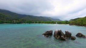 Vista aérea de la bahía y de rocas en el Océano Índico, puerto Lanuay, Seychelles 3 metrajes