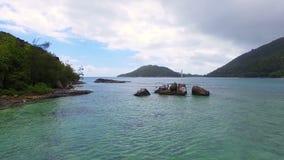 Vista aérea de la bahía y de rocas en el Océano Índico, puerto Lanuay, Seychelles 1 almacen de metraje de vídeo