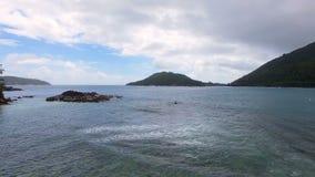 Vista aérea de la bahía y de rocas en el Océano Índico, puerto Lanuay, Seychelles metrajes