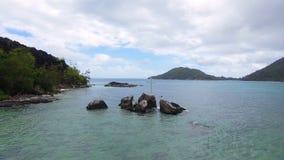 Vista aérea de la bahía y de rocas en el Océano Índico, puerto Lanuay, Seychelles 4 almacen de video