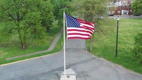 Vista aérea de la bandera americana que sopla en el viento almacen de video