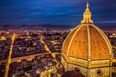 Vista aérea de la cúpula de Florence Duomo y de Florence City en la oscuridad Fotos de archivo libres de regalías