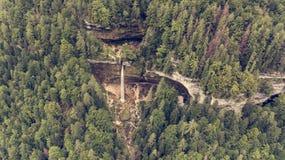 Vista aérea de la caída doble del agua en un bosque Foto de archivo libre de regalías