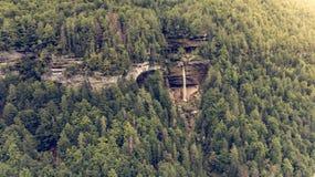 Vista aérea de la caída doble del agua en un bosque Imagen de archivo