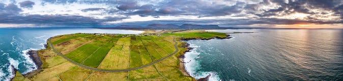 Vista aérea de la cabeza de Mullaghmore - punto de la manera atlántica salvaje, condado Sligo, Irlanda de la firma imagen de archivo