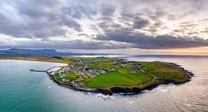 Vista aérea de la cabeza de Mullaghmore - punto de la manera atlántica salvaje, condado Sligo, Irlanda de la firma foto de archivo libre de regalías