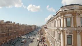 Vista aérea de la calle europea del centro de ciudad almacen de video