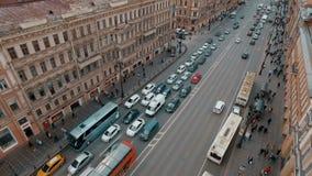 Vista aérea de la calle europea del centro de ciudad almacen de metraje de vídeo