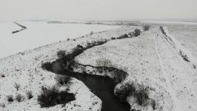 Vista aérea de la cama de río, estación del invierno, campo Río de Tysmenytsya en el oeste de Ucrania Mosca lisa adelante y abajo metrajes