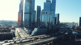 Vista aérea de la carretera con los coches móviles y del centro de negocios de Moscú en el fondo en día de verano soleado contra  almacen de video