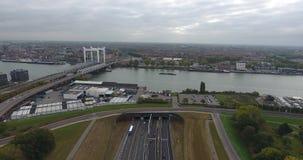 Vista aérea de la carretera y del túnel debajo del río, Dordrecht, Países Bajos metrajes