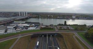 Vista aérea de la carretera y del túnel debajo del río, Dordrecht, Países Bajos almacen de video