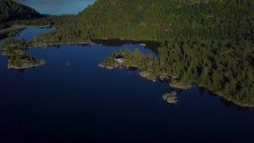 Vista aérea de la casa del lago almacen de metraje de vídeo