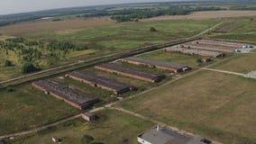 Vista aérea de la casa de pollo industrial vieja en campo metrajes