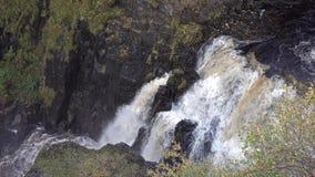 Vista aérea de la cascada de Lealt después de la tormenta Callum, Escocia - isla de Skye almacen de video