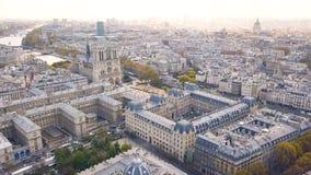 Vista aérea de la catedral de Notre Dame de Paris metrajes