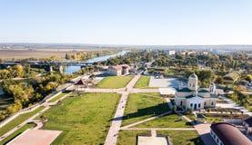 Vista aérea de la catedral ortodoxa, puente de las fuerzas de paz, con la ciudad de Bendery en el río de Dniéster, república disi foto de archivo libre de regalías
