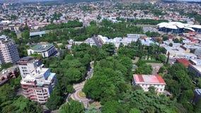 Vista aérea de la catedral Tsminda Sameba de la trinidad santa en Tbilisi, Georgia Vídeo hecho con el abejón del vuelo almacen de metraje de vídeo
