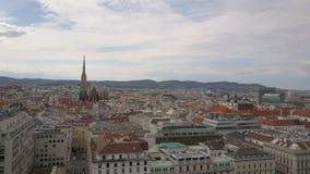 Vista aérea de la catedral de Viena y de la ciudad del paisaje urbano de Viena, Austria almacen de metraje de vídeo