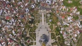 Vista aérea de la catedral y de las casas circundantes, vistas de la trinidad santa de Georgia almacen de metraje de vídeo