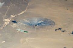 Vista aérea de la central eléctrica de energía solar en desierto Imagen de archivo libre de regalías