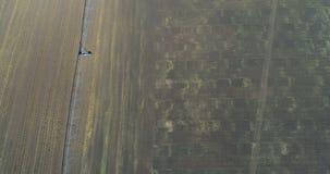 Vista aérea de la central eléctrica y del campo cosechado 4k metrajes