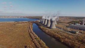 Vista aérea de la central nuclear metrajes