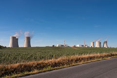 Vista aérea de la central nuclear con los agains de las torres de enfriamiento Fotos de archivo libres de regalías