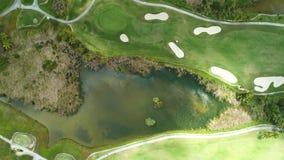 Vista a?rea de la charca en campo de golf en centro tur?stico del Caribe tropical almacen de metraje de vídeo