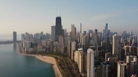Vista aérea de la Chicago, América Centro de la ciudad ocupado, centro de ciudad en la orilla del lago michigan en el amanecer almacen de metraje de vídeo