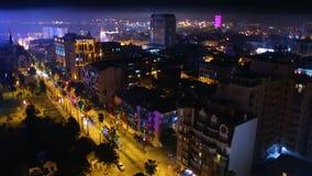 Vista aérea de la ciudad de Batumi de la noche, de edificios iluminados hermosos y de calles almacen de metraje de vídeo