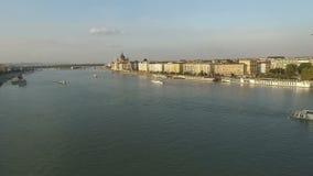 Vista aérea de la ciudad de Budapest Paisaje urbano y el parlamento del panorama almacen de metraje de vídeo