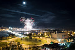 Vista aérea de la ciudad con los fuegos artificiales Imagen de archivo