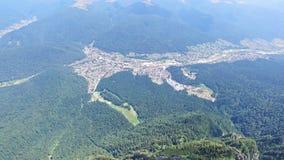 Vista aérea de la ciudad de Bucegi del pico de Caraiman, Rumania metrajes