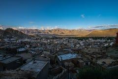 Vista aérea de la ciudad de Leh por la mañana del palacio de Leh, la India Foto de archivo