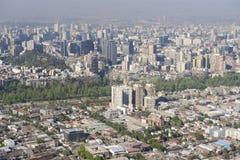 Vista aérea de la ciudad de Santiago con la niebla con humo azul del San Cristobal Hill, Santiago, Chile Fotografía de archivo libre de regalías
