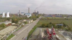 Vista aérea de la ciudad de Tulcea, del área industrial y de la refinería del alúmina de la bauxita metrajes