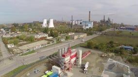 Vista aérea de la ciudad de Tulcea, del área industrial y de la refinería del alúmina de la bauxita almacen de metraje de vídeo